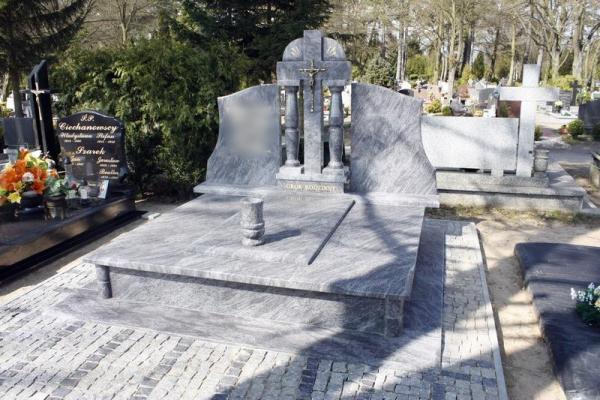 nagrobek stargard rzeźbiony