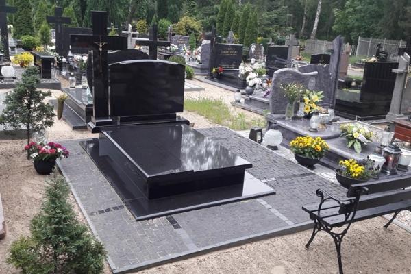 ułożenie kostki w proste linie przy nagrobku