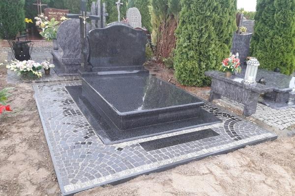 ułożenie szarej kostki wokół nagrobka cmentarz stargard