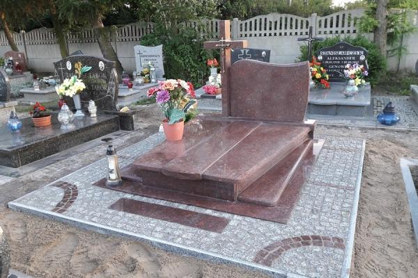 ułożenie kostki ze wzorem wokół nagrobka cmentarz stargard