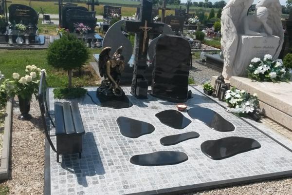czarna kostka wokół nagrobka